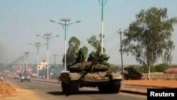 Sebuah tank militer Sudan Selatan melakukan patroli di ibukota Juba (foto: dok).