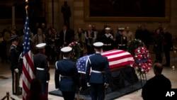 پیکر جورج ایچ. دبلیو. بش، دو شنبه (سوم دسمبر) از ایالت تکزاس به مقر کانگرس ایالات متحده منتقل شد