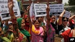 دہلی میں گھروں میں کام کرنے والی عورتیں، دو کم عمر لڑکیوں پر گینگ رپپ کے خلاف احتجاج کر رہی ہیں۔ فائل فوٹو