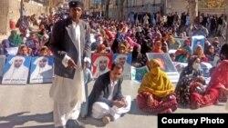 بلوچستان سے لاپتہ افراد کے اہلِ خانہ کوئٹہ میں ایک مظاہرے میں شریک ہیں۔ 11 نومبر 2018