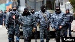 "Para anggota polisi anti huru-hara ""Berket"" bersiap meninggalkan barak mereka di Kyiv, 22 Februari 2014 (Foto: dok)."
