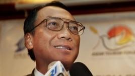 Menteri Energi dan Sumber Daya Mineral, Jero Wacik melarang pembangkit listrik baru memakai BBM.