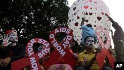 ក្រុមអ្នកចូលរួមកាន់បដាក្នុងទម្រង់ជាបូក្រហម ដែលជានិមិត្តសញ្ញានៃការលើកកម្ពស់ការយល់ដឹង និងគាំទ្រអ្នកដែលមានផ្ទុកមេរោគហ៊ីវ នៅទីក្រុង Kolkata ប្រទេសឥណ្ឌា កាលពីថ្ងៃទី៣០ វិច្ឆិកា ២០១៨។