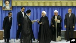 Pemimpin agung Iran, Ayatollah Ali Khamenei (ketiga dari kiri) melantik Hassan Rouhani sebagai Presiden ke-7 Iran hari Sabtu (3/8).