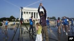 Posetioci ispred spomenika Abrahamu Linkolnu u Vašingtonu