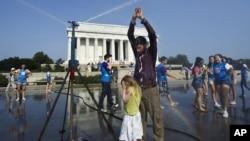 游客在华盛顿林肯纪念堂附近借水冲凉