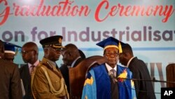 짐바브웨 군부 쿠데타로 가택연금 상태인 것으로 알려진 로버트 무가베 대통령이 쿠데타 나흘만인 17일 하라레의 한 대학 졸업식에 모습을 드러냈다.