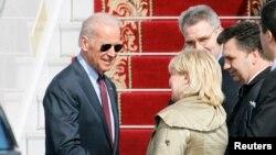 Wapres AS Joe Biden (kiri) tiba di bandara internasional Boryspil, Kyiv, Ukraina hari Senin (21/4).