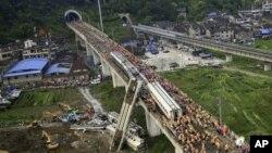 中国救援人员7月24日在温州的高速铁路动车追尾事故现场救助受害者