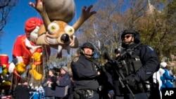 Tradicionalnu paradu za Dan zahvalnosti u Njujorku ove godine je obezbeđivalo nekoliko hiljada policajaca