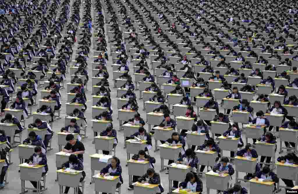 برگزاری امتحانات دبيرستانی در فضای باز در دبيرستانی در سچوان در ايالت شانکسی در چين - ۲۲ فروردين ۱۳۹۴ (۱۱ آوريل ۲۰۱۵)
