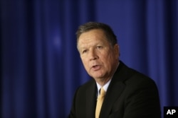 Ứng cử viên tổng thống Đảng Cộng hòa John Kasich phát biểu tại Câu lạc bộ Phụ nữ Quốc gia Đảng Cộng hòa ở New York, ngày 12 tháng 4 năm 2016.