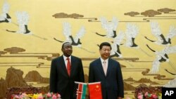 Rais wa kenya Uhuru Kenyatta (L) na Rais Xi Jinping wa China