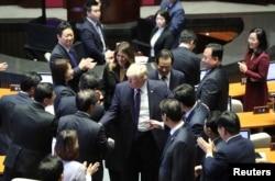 도널드 트럼프 미국 대통령이 8일 한국 국회 연설을 마친 후 부인 멜라니아 여사와 함께 의원들의 축하를 받고 있다.