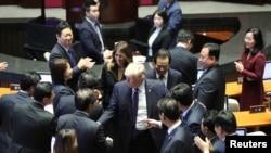 جنوبی کوریا کی نیشنل اسمبلی سے خطاب کے بعد صدر ٹرمپ ارکانِ پارلیمان سے مصافحہ کر رہے ہیں