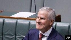 Pemimpin Partai Nasional dan Wakil Perdana Menteri, Michael McCormack, tersenyum pada saat mengikut sesi rapat di parlemen, Canbera, Senin, 26 Februari 2018.