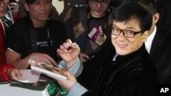 Bintang seni bela diri Jackie Chan memberikan tanda tangan di Hong Kong. (Foto: Dok)