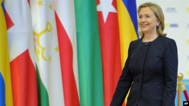 US Secretary of State Hillary Clinton walks in to shake hands with Kazakh President Nursultan Nazarbayev in Astana on December 1, 2010 during a welcoming ceremony of the OSCE Summit.