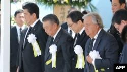 联合国秘书长安东尼奥·古特雷斯(右)和日本首相安倍晋三(左)参加了纪念长崎原子弹爆炸73周年的纪念仪式,纪念日于2018年8月9日在日本长崎和平纪念公园举行。
