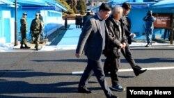 지난달 무단 입북했다가 북한 당국에 적발된 것으로 알려진 한국인 마모(52)씨가 26일 오전 판문점을 통해 남측으로 송환되고 있다.