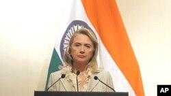 美国国务卿克林顿5月8日在新德里的记者会上