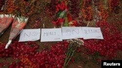 上周一所軍事學校發生的恐怖血案後﹐12月22日民眾以鮮花悼念受害者。