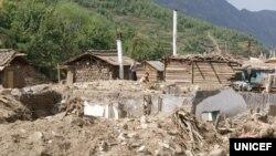 북한 함경북도 무산군 학산리에서 최근 홍수로 파괴된 가옥들. 유니세프가 지난 9월 발표한 북한 수해 실태 보도자료에 실린 사진이다.