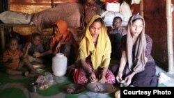 Dua anak perempuan Rohingya Johora (kerdung kuning 12 tahun), dan kakaknya Jannatara 14 tahun, sedang dicarikan jodoh oleh ibunya, Noor Ankis (belakang) untuk mengurangi beban hidup.
