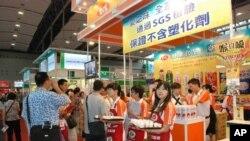 有食品參展商打出不含塑化劑的標示,並提供試飲、試吃,吸引參觀者