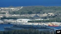 괌에 있는 미 해군 기지 접안시설에 정박중인 함정. 뒤쪽으로 필리핀해가 보인다. (자료사진)