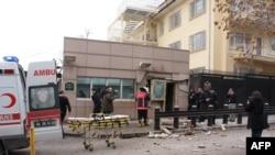 Abantu bahagaze hanze y'urwinjiriro rwa Ambassade ya Amerika I Ankara muri Turkiya