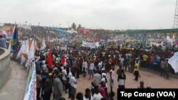 Les partisans du président Joseph Kabila lors d'un meeting au stade Tata Raphaël, à Kinshasa, RDC, 29 juillet 2016. (VOATop Congo)