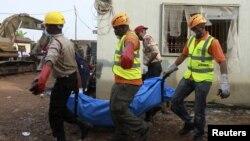 Tim SAR mengevakuasi jenazah korban jatuhnya pesawat di kawasan Iju-Ishaga, Lagos, Nigeria (4/6).