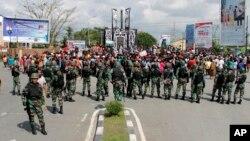 Aparat keamanan berjaga di kawasan Timika, Papua, saat terjadinya aksi unjuk rasa, 21 Agustus 2019. (Foto: dok).