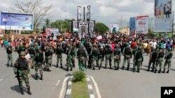 Para anggota TNI siaga dalam aksi protes di Timika, Papua (foto: dok).