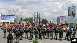 Tentara mengamankan lokasi saat berlangsungnya aksi protes di Timika, Papua, 21 Agustus 2019.