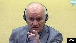 Ratko Mladic tampil dalam persidangan pertamanya di hadapan pengadilan Kejahatan Perang di Den Haag (Foto: dok).
