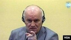 Jenderal Ratko Mladic, mantan komandan militer Serbia di Bosnia, dalam pengadilan di Den Haag (3/6).