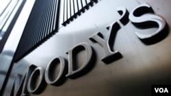 La agencia calificadora de riesgo, Moody's, justificó la decisión en la percepción de una falta de apoyo fuerte del gobierno al sector financiero británico.