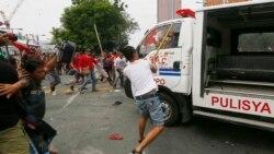 ဖိလစ္ပိုင္ အေမရိကန္သံရံုးေရွ႕ဆႏၵျပသူေတြကို ရဲကား ၀င္တိုက္