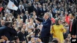 Serokwezîrê Tirkîyê Recep Tayyip Erdogan û hevjîna wî, Emîne, li kongreya AKP'ê.