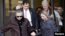 2일 힐러리 클린턴 미국 국무장관이 딸 첼시와 남편 빌 클린턴 전 대통령의 부축을 받으며 퇴원하고 있다.
