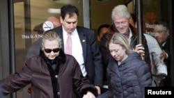 Sakatariyar Ma'aikatar harkokin wajen Amurka Hillary Clinton tana barin asibiti tare da mijinta, Bill (TOP R), da yarta Chelsea