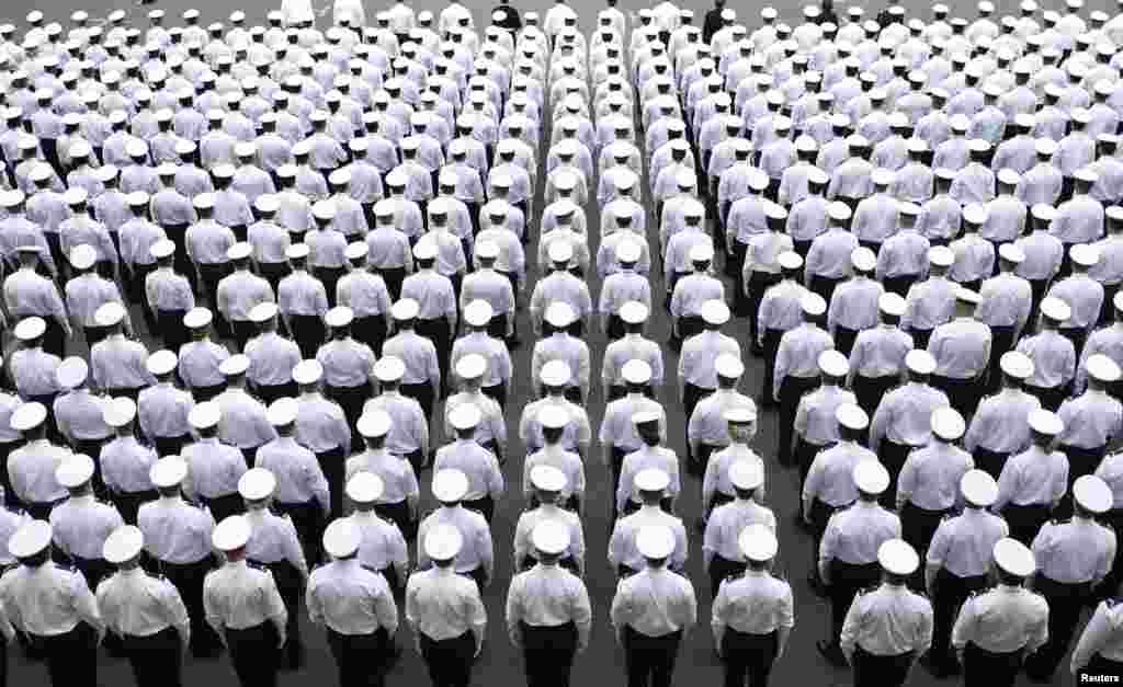 Hơn 700 sĩ quan cảnh sát mới của Pháp đứng nghiêm trong một buổi lễ tại Sở Cảnh sát ở Paris.