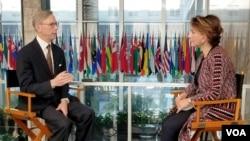 آقای هوک در این گفتگو به سوالات ستاره درخشش رئیس بخش فارسی صدای آمریکا پاسخ داد