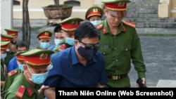 Cựu Bộ trưởng GTVT Đinh La Thăng được dẫn giải tới toà án ở TPHCM hôm 14/12 cho phiên toà xử ông cùng nhiều đồng phạm liên quan tới vụ sai phạm cao tốc TPHCM-Trung Lương.
