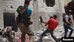 지난 달 13일 시리아 데이르알조르에서 시리아 정부군과 교전 중인 반군들.