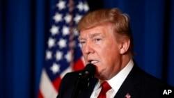 Le président Donald Trump annonçant les frappes américaines en Syrie depuis sa propriété de Mar-a-Lago, en Floride, le 6 avril 2017. (AP Photo/Alex Brandon)