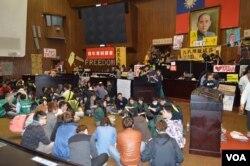 立法院内学生席地开会(美国之音申华拍摄)