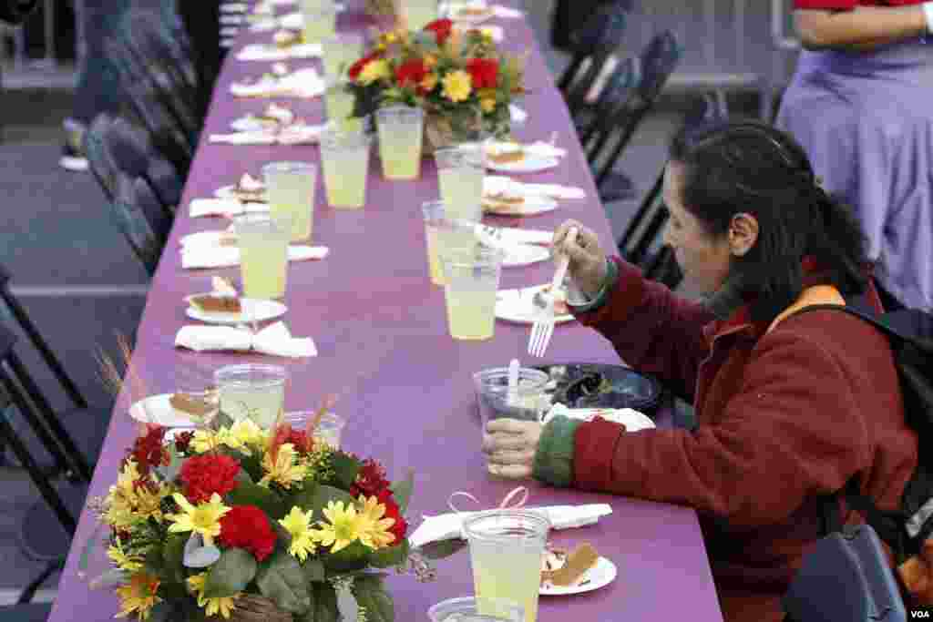 추수감사절을 하루 앞둔 27일 미국 서부 로스엔젤레스의 구호 시설에서 한 여성이 추수감사절 음식을 먹고 있다.